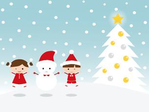 雪のなか飛び跳ねる子供と雪だるま クリスマスツリーの写真素材 [FYI00195574]