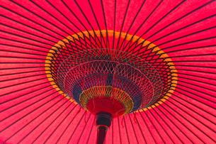 真っ赤な和傘の写真素材 [FYI00195705]