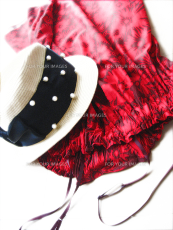 赤いドレスとカンカン帽の写真素材 [FYI00195734]