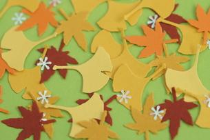 落ち葉のイメージ〜クラフトパンチの写真素材 [FYI00197095]