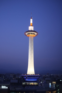 夕闇に立つ京都タワーの写真素材 [FYI00197548]