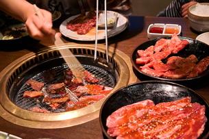 焼肉を食べるの写真素材 [FYI00197622]