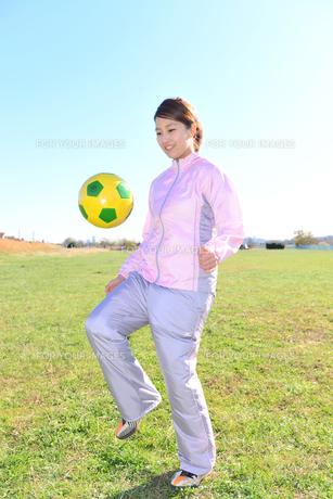 サッカーと女性の写真素材 [FYI00197884]