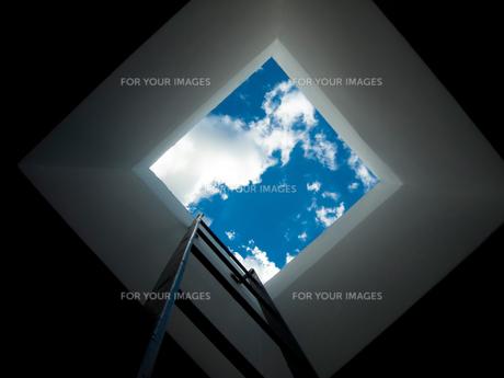 天窓から見える青空の写真素材 [FYI00198183]