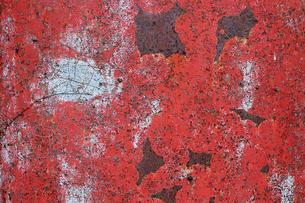 赤い塗料が剥げた錆びた鉄板の写真素材 [FYI00198237]
