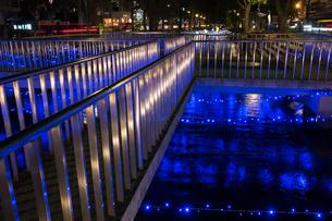 年末風物誌、JR岡山駅近く西川緑道公園のイルミネーションが水面に映えるの写真素材 [FYI00198268]