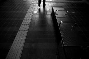 暗いタイル張り通路を歩くの写真素材 [FYI00198290]