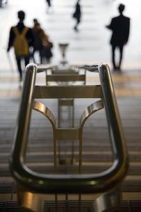 金属製階段手すりと後ろ姿の写真素材 [FYI00198294]