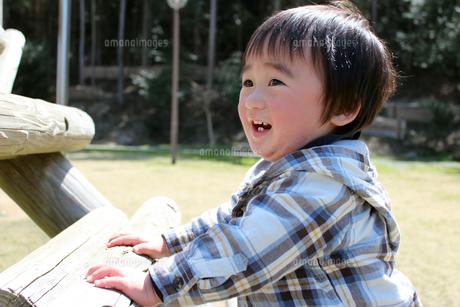 公園のアスレチック遊具の階段で笑顔の男の子の写真素材 [FYI00198432]