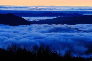 夜明けの雲海の写真素材 [FYI00198507]