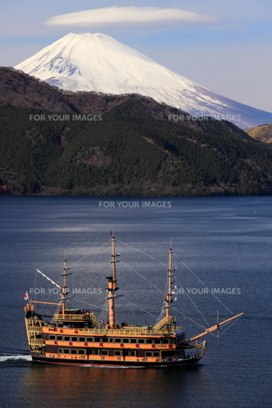 箱根芦ノ湖・富士山と海賊船の写真素材 [FYI00198525]