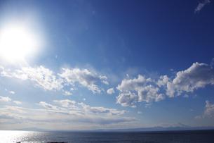輝く太陽に照らされる海と富士山の写真素材 [FYI00199772]