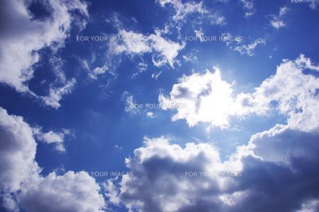 青い空に雲に隠れた太陽の素材 [FYI00199788]
