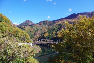 紅葉の山に鉄橋の写真素材 [FYI00199789]