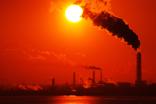 工場と赤い朝焼けの写真素材 [FYI00199814]
