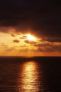 雲から覗く朝日とサンロードの写真素材 [FYI00199816]