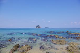 透き通るほど水が澄んだ日本海の写真素材 [FYI00199819]