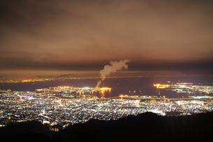 神戸六甲山からの夜景と工場の煙の写真素材 [FYI00199825]