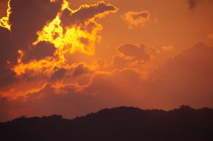 黄金色に輝く朝焼けと天使の梯子の写真素材 [FYI00199855]