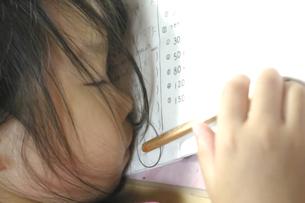 宿題中のうたた寝の写真素材 [FYI00200031]