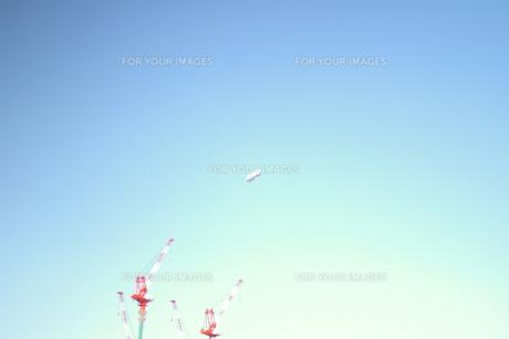 建設クレーンと飛行船の写真素材 [FYI00200046]