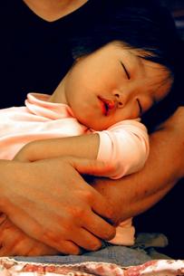 父に抱かれる幼児の写真素材 [FYI00200051]