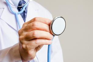 聴診器を持つ医者の写真素材 [FYI00200233]
