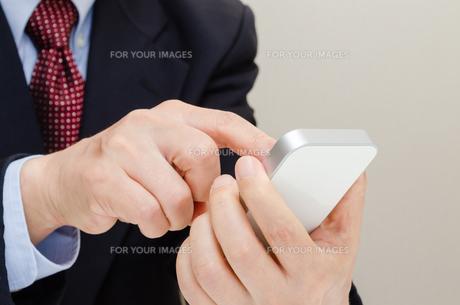 スマートフォンとビジネスマンの写真素材 [FYI00200235]