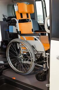 自動車の中の車椅子の写真素材 [FYI00200237]