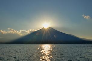 山中湖畔から見るダイヤモンド富士の写真素材 [FYI00200244]