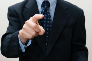 指差すビジネスマンの写真素材 [FYI00200252]