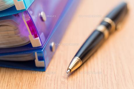 ボールペンとバインダーの写真素材 [FYI00200256]