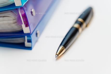 ボールペンとバインダーの写真素材 [FYI00200261]