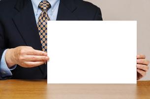 白いボードを持つビジネスマンの写真素材 [FYI00200271]