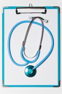 クリップボードの上の聴診器の写真素材 [FYI00200273]
