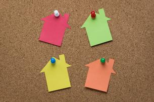 コルクボードの上の家型のメモ用紙の写真素材 [FYI00200277]