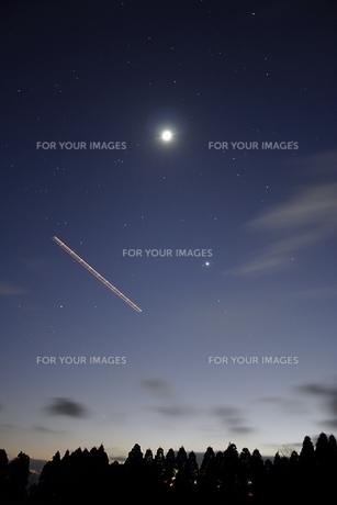 久住高原 月と金星と飛行機の写真素材 [FYI00200332]