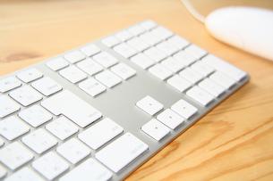 机とキーボードの写真素材 [FYI00200333]