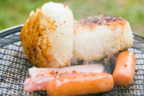 おにぎり 焼き肉 ソーセージの写真素材 [FYI00200386]