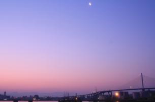 朝焼けに昇る月の写真素材 [FYI00200398]