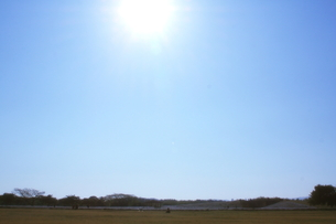 青空の下、何おもうの写真素材 [FYI00200399]