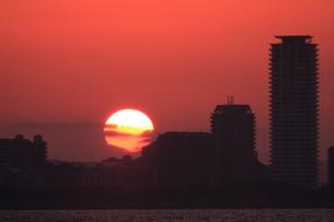 街に沈む太陽の写真素材 [FYI00200403]