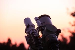 朝焼けに映える望遠鏡の写真素材 [FYI00200416]