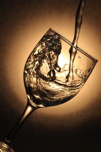 グラスに注がれる水の写真素材 [FYI00200455]