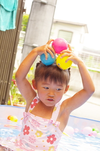 プールと女の子の写真素材 [FYI00200485]