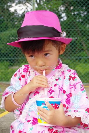 少女とかき氷の写真素材 [FYI00200486]