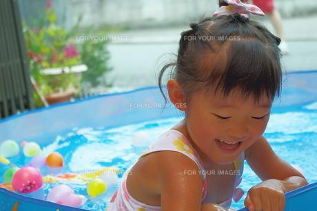 お庭でプールの写真素材 [FYI00200492]