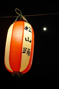月と堤燈の下で松山踊りの写真素材 [FYI00200500]