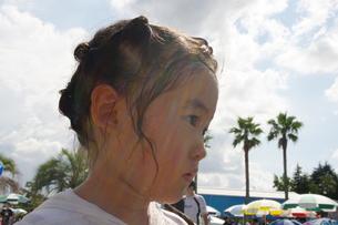 プールサイドの女の子の写真素材 [FYI00200505]