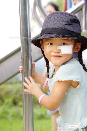 公園の女の子の写真素材 [FYI00200514]